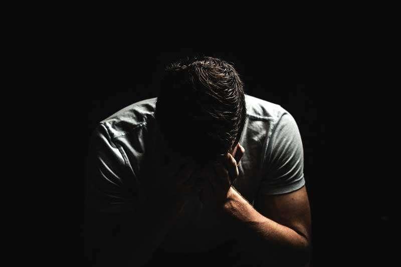 Cuidado con el sexting, hombre llorando por cibervenganza