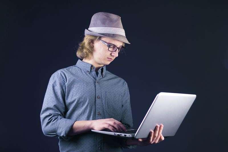 Hombre aprendiendo leyendo en laptop, para poder crear su primer videojuego