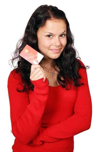 Mujer comprando y buscando ofertas en Amazon durante el Buen Fin 2020