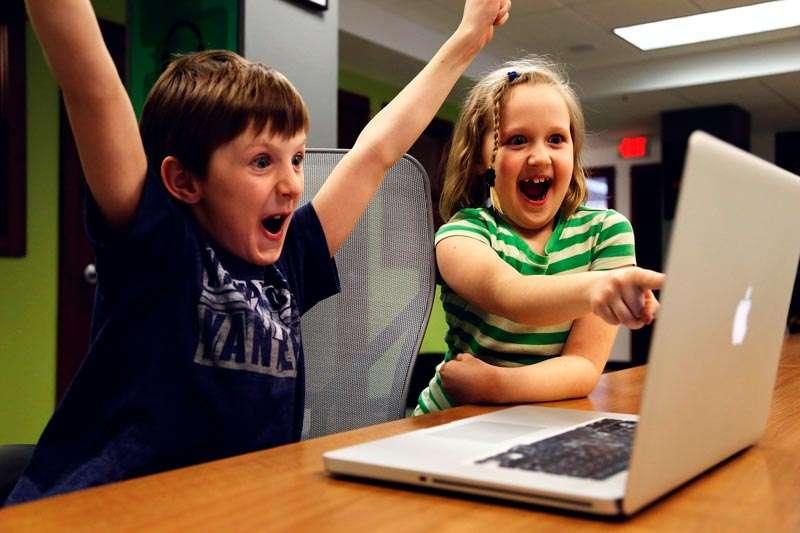 Chicos desde una Macbook
