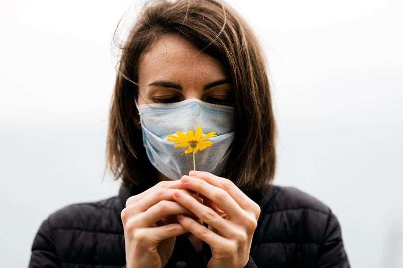 Mujer en tiempos de coronavirus, con flor