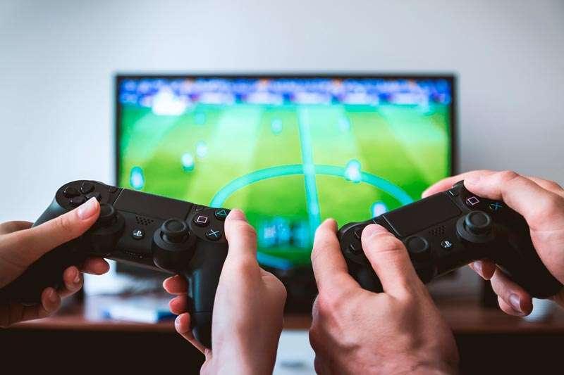 Videojuegos, jóvenes jugando