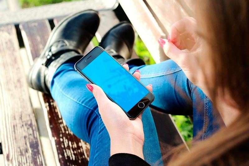 Chica utilizando un celular