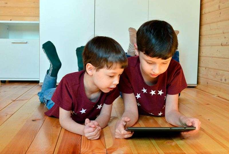 Niños con tableta, puede ser peligroso sin supervisión