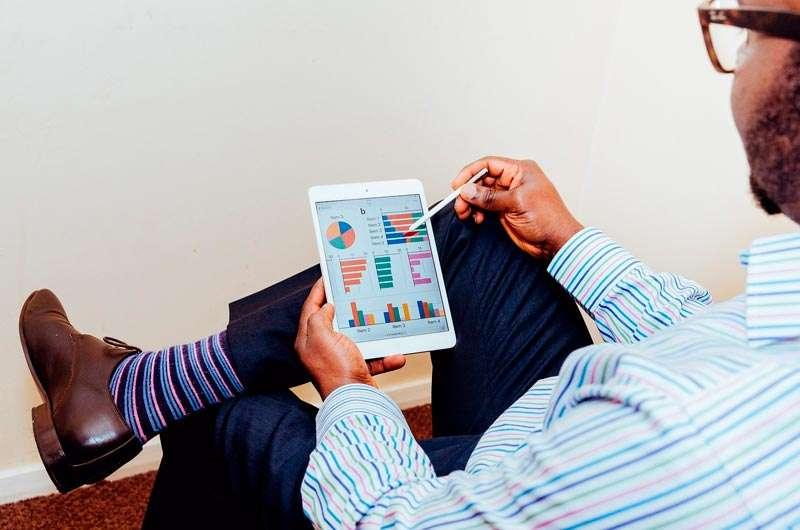 Hombre trabajando con Tablet